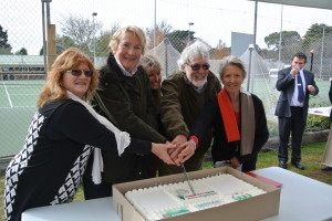 Mayor Arkwright with Clr Whipper, Shellharbour Councillor and Sandra Menteith cutting cake