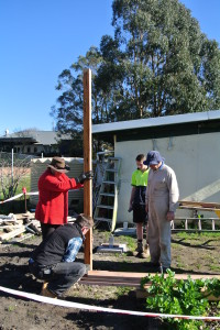 Axel Richter places the first pergola post.
